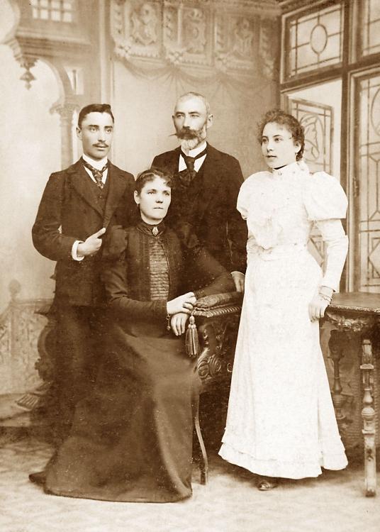 Sigmund Gorazdowski som student med sine foreldre og søsteren Helena